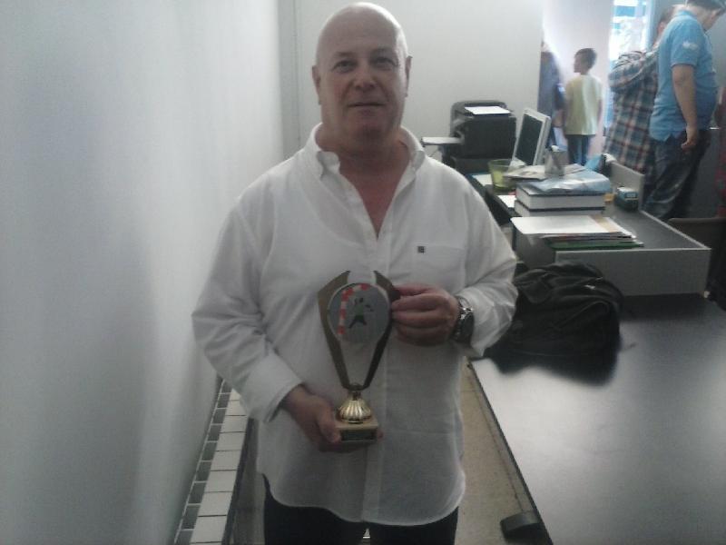 Genio con el trofeo